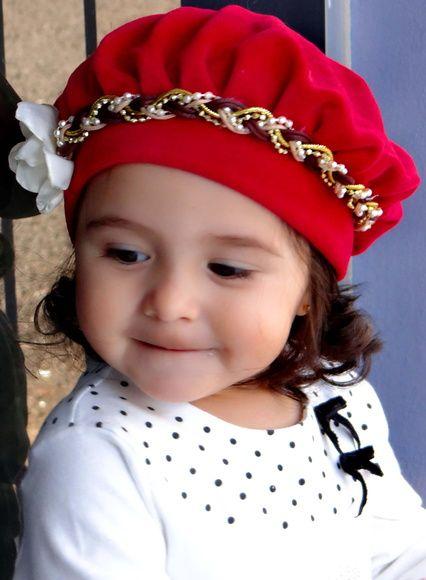 Boina infantil vermelha de plush com headband. Sua filha vai ficar uma princesa! Confira:
