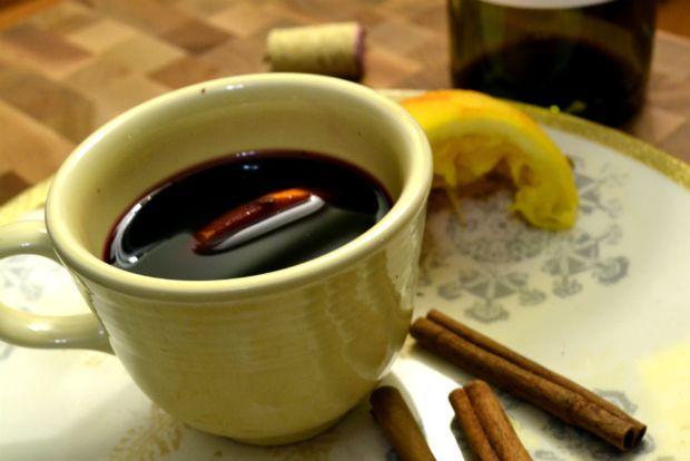 Μπορεί να ξεκίνησε αιώνες πριν σαν τεχνική για να μη χαλάει το κρασί, όμως το ζεστό κρασί των Χριστουγέννων το βρίσκεις πλέον παντού: σε υπαίθρια πανηγυράκια, μπαρ και στολισμένα καφέ. Το καλύτερο (και περισσότερο) το βρίσκεις σπίτι μας. Μόνο κρασί, πορτοκάλι, ζάχαρη και κανέλα τα αναγκαία.