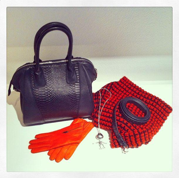 Sac cuir noir col maille corail gants cuir oranges ceinture noire collier étrange noel de Mr Jack http://www.ddp-boutique.fr