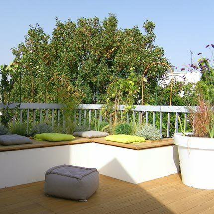 Un salon de jardin fermé et reposant > banquette en béton peinte en blanc