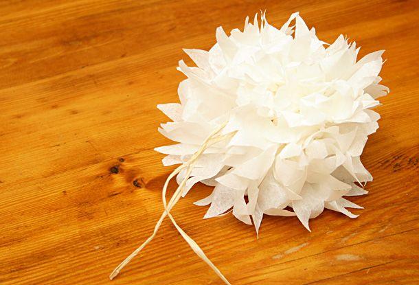 Je vous propose de vous expliquer comment réaliser une fleur en papier. Elle ressemble à une pivoine. Fleur dont je suis fan et que je trouve très festive. Elle pourra servir de décoration sur un paquet cadeau. Pour réaliser cette … Continuer la lecture →
