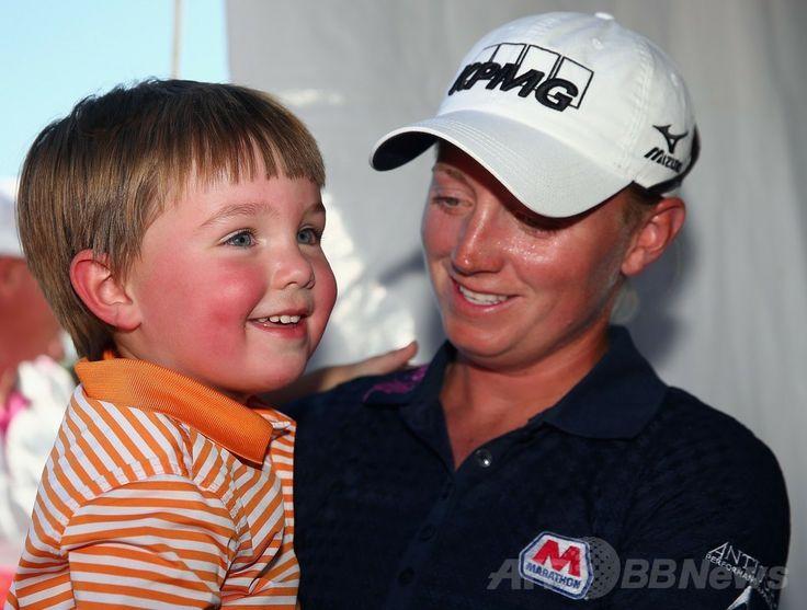 女子ゴルフ、ノーステキサスLPGAシュートアウト(North Texas LPGA Shootout 2014)3日目。ラウンドを終え、おいに出迎えられるステーシー・ルイス(Stacy Lewis、2014年5月3日撮影)。(c)AFP/Getty Images/Tom Pennington ▼4May2014AFP|ルイスと李が首位タイに、ノーステキサスLPGAシュートアウト http://www.afpbb.com/articles/-/3014149 #Stacy_Lewis