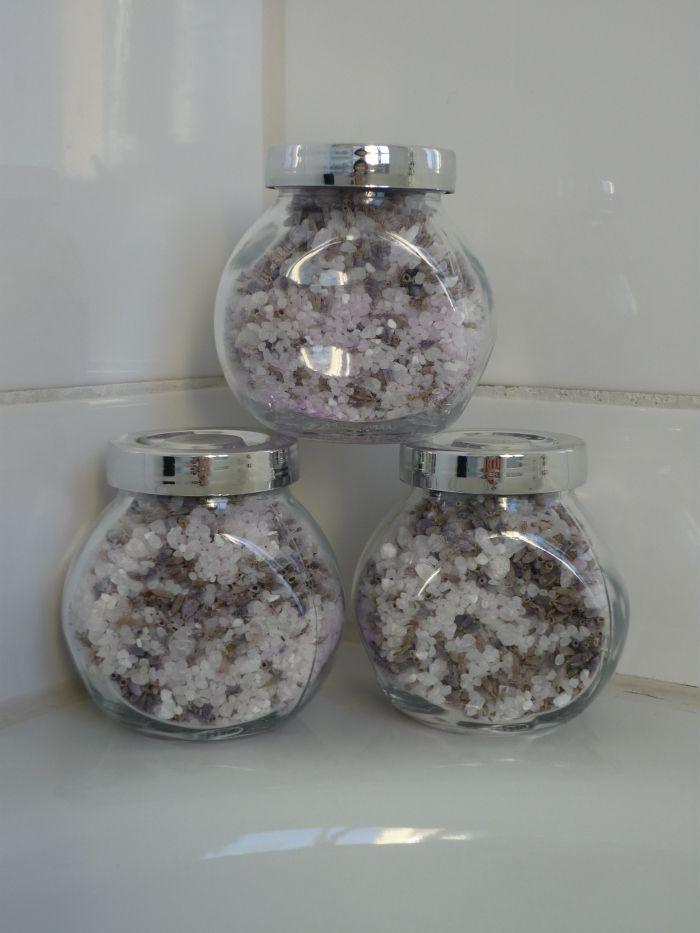 Selbstgemachtes Lavendel-Badesalz als Geschenkidee. Anleitung und mehr Ideen gibt es hier :)