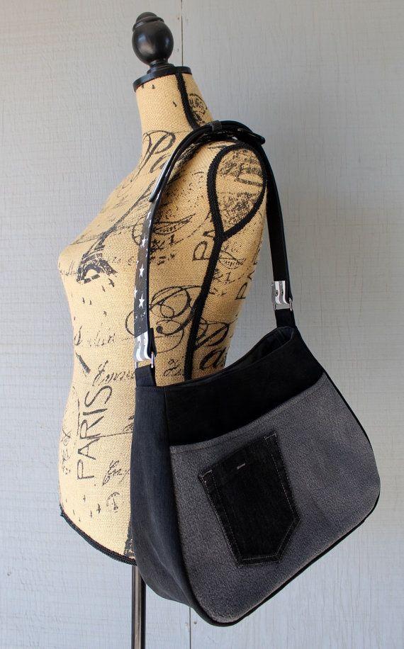 Celui d'un genre de sac à main avec sangle d'épaule réglable en cuir créé à partir de drapeau américain imprimé ceinture !  Ce sac à main est fait à la main de jeans recyclés/re-purposed noir et gris denim et doublé d'un tissu de coton noir et gris avec sourdine. Sac à main a une grande à l'intérieur de la poche, grande poche devant avec poche supplémentaire cousue sur le devant, idéal pour les clés, téléphone etc. Ce sac est doublé avec une interface dense tout au long du sac pour plus de…