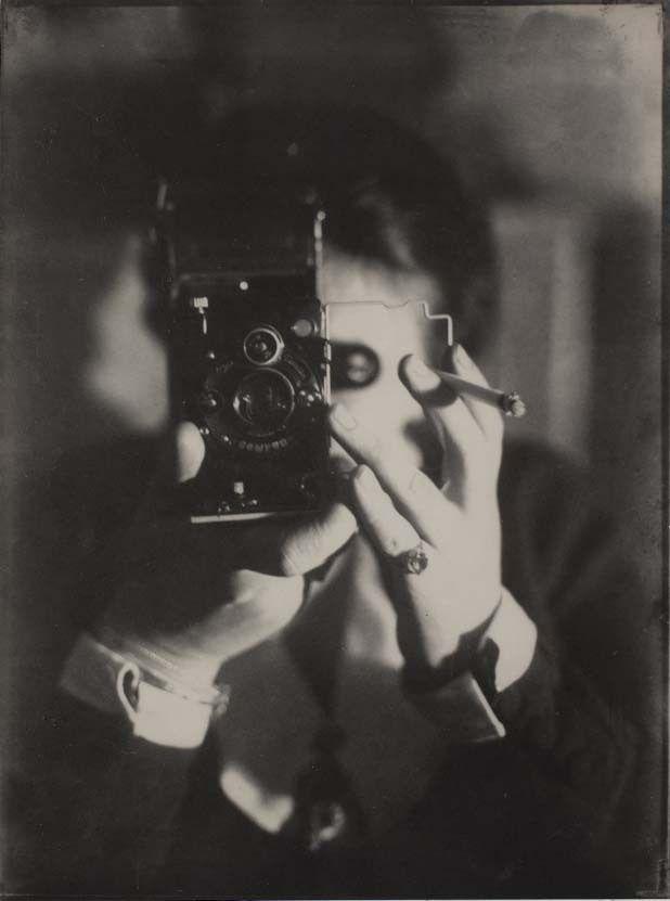 Germaine Krull, Selbstporträt mit Ikarette, [Autoportrait avec Ikarette], 1925