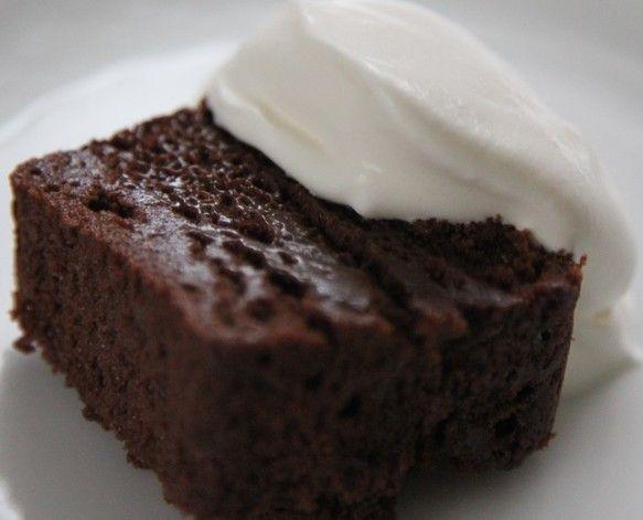 ●ガトー・オ・ショコラベルギー産クーベルチュールチョコレートを100%使用し、コニャックを加えてゆっくり低温で焼き上げた滑らかなチョコレートケーキです。卵白をメレンゲにして使用し、濃厚ながらも重すぎないしっとり食感に仕上げました。粉の配合を極限まで控えているので柔らかく繊細です。その為、表面に不揃いがある場合もございます。「creemaバレンタイン2017」 チョコレート好きの方にお勧めです。★お召し上がりのポイント★冷たくして:生チョコレートのように濃厚な味わいです常温に戻して:よりしっとり・甘さを感じます温めて:レンジで10~15秒温めると、フォンダンショコラの食感です*お好みで軽く泡立てた無糖の純正生クリームを添えると、一層美味しくいただけます。*カットの際はナイフを温めていただくと、切り口が滑らかで美しくなります。 *パッケージサイズ 縦19cm 横6.8cm…