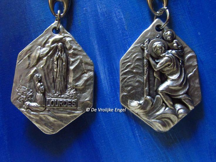 Christoffel sleutelhanger Christoffel/Lourdes. Aan de ene kant de heilige christoffel, aan de andere kant de verschijning van Maria aan Bernadette in Lourdes.