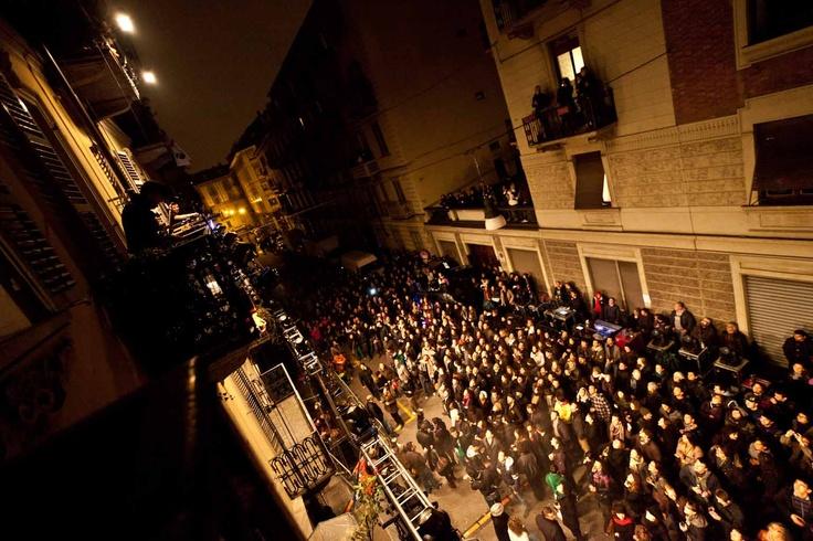 I Motel Connection suonano sui balconi a Paratissima, San Salvario, Torino