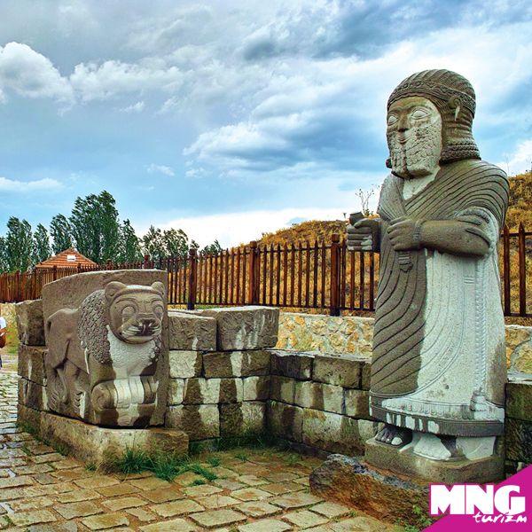 Aslantepe Höyüğü: Türkiye'nin en büyük höyüklerinden biri olan Arslantepe Malatya'dadır. Tarihinin M.Ö. 5. yüzyıllara dayandığı düşünülen kent kalıntılar arasında tapınak, saray, mühürler ve ustaca yapılmış madeni eşyalar bulunmaktadır. #mngturizm #tatiliste #kültürturları #tarih #arkeoloji #holiday #travel