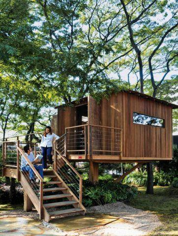 Ela tem 34 m² e foi criada pelos arquitetos Fernanda Abs e Fred Benedetti para a Casa Cor São Paulo 2008. Internamente, é um espaço multiúso, todo integrado. Piso e paredes são de cumaru, o telhado é de taubilha de eucalipto.