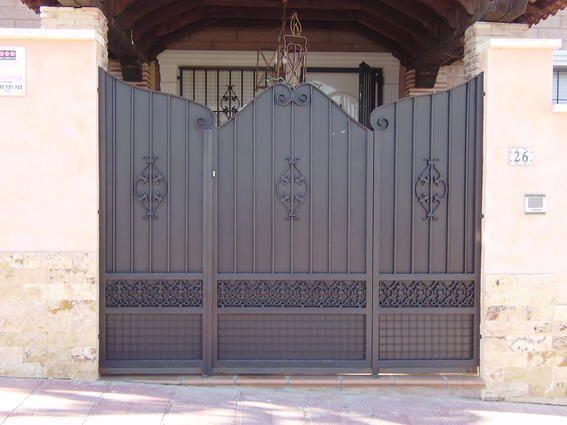Metal gate @ Los Balcones