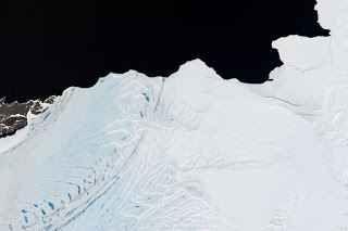 Due grossi iceberg si staccano dalla piattaforma antartica Due grossi iceberg, della dimensione complessiva di circa 160 chilometri quadrati, si sono staccati dalla piattaforma di ghiaccio Nansen. I blocchi di ghiaccio sono ora alla deriva, spinti dai venti  #ghiaccio #antartico #iceberg #natura