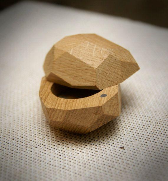 Originele houten ring doos. Handgemaakte item.  Ik heb het gebruikt van zeer oude EIKEN, die door de wind in de buurt van de kerk die is gelegen in een klein stadje - Malpils werd gekapt.  Verbazingwekkende schoonheid van hout. Eenmalige kunstwerk aard.  Alle randen worden geschuurd en behandeld met lak.  Covers worden 360 graden.  Om te helpen vergrendelen insluiten de dekking en de stand die in de juiste positie er is magneet.  Er is gelijmd natural linnen uit Letland.   Maten:  5.5 x 7,1…