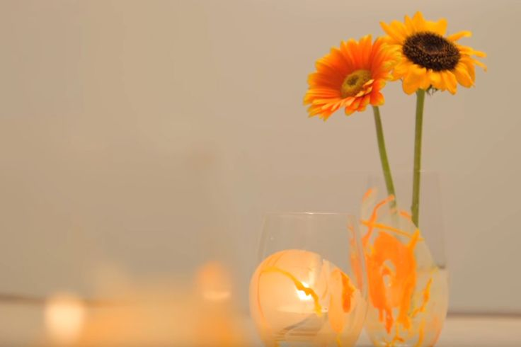 Een bloemetje gekregen? Gelukzak! Zet ze maar gauw te pronken. Maar in welke vaas zet je je bloemen éxtra in de kijker? In deze (zelfgemaakte) zomerse vaas!