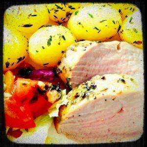 voorgekookte krieltjes varkenshaas (1 varkenshaas voor 2 personen) olijfolie 2 eetlepels tijm zout 1 eetlepel mosterd 1 eetlepel honing peper Verwarm de oven voor op 160°C. Vet een ovenschaal in me…