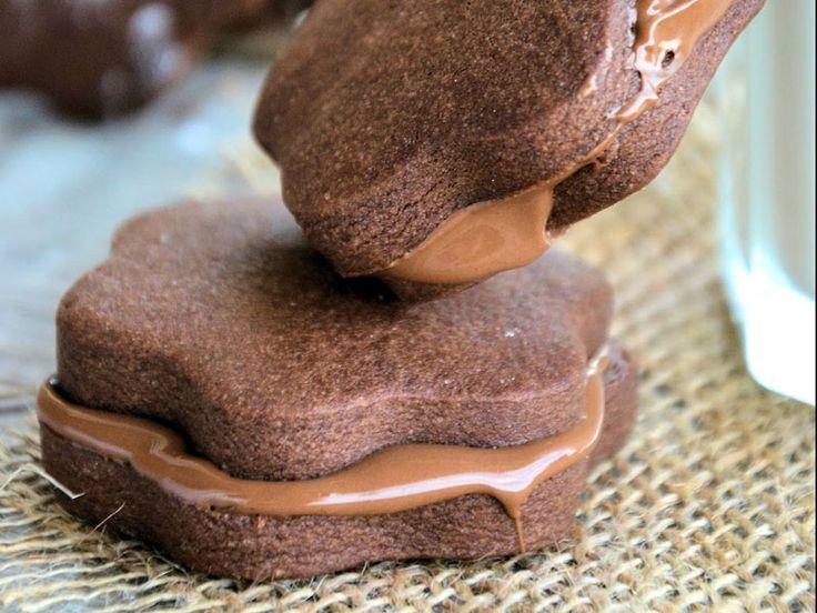 ... Όταν κρυώσουν τα μπισκότα κακάο μπορείτε να τα ραντίσετε με ζάχαρη άχνη ή να τα κάνετε σαντουιτσάκια με μερέντα....