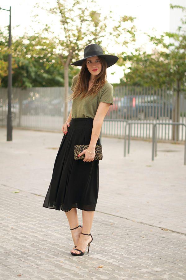 Falda midi en negro con blusa caqui y sombrero