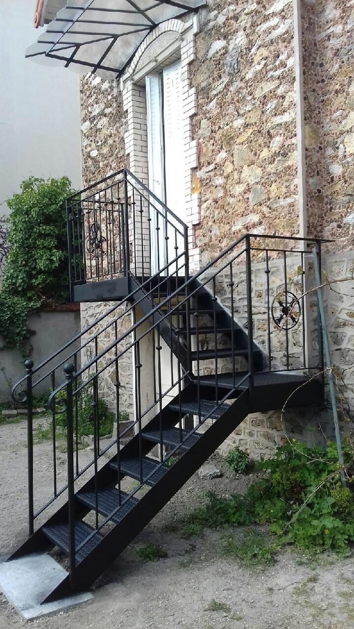 Escalier Un Quart Tournant Et Garde Corps En Fer Forgé Galvanisé à Chaud .  Marquise .