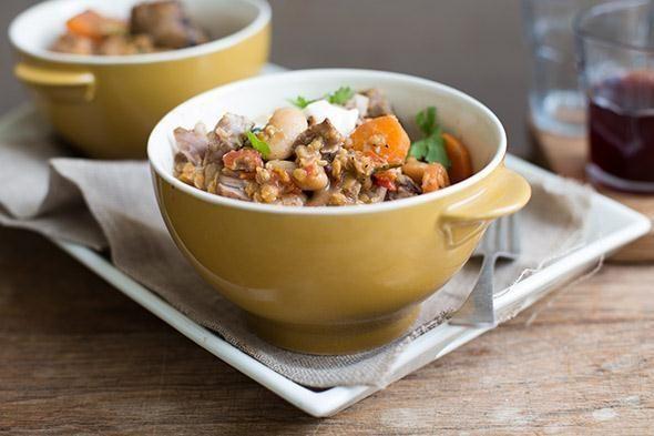 Stufato di carne a basso contenuto di grassi: lenticchie rosse piccanti, agnello e fagiolini