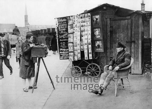 Fotografin am Spreeufer in Berlin, 1929, ullstein bild - ullstein bild/Timeline Images #Fotografie #fotografieren #Porträt #historical #historisch #Korbstuhl #Hut #photographers #photography #Plattenkamera #historisch #historical #Berlin #1920er #1920ies