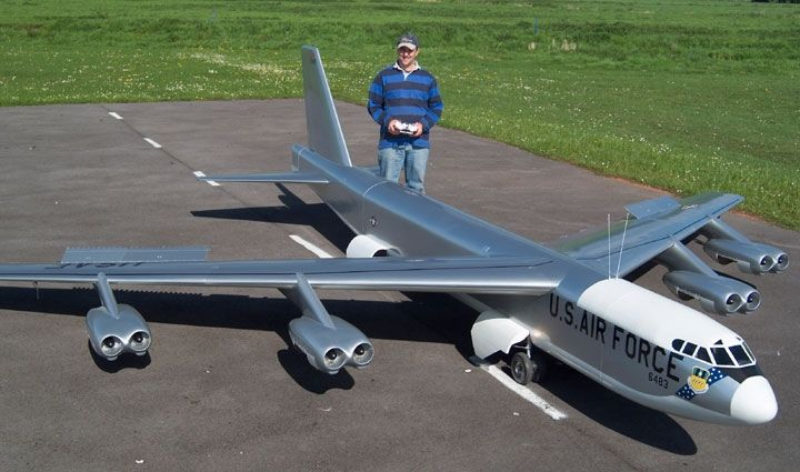 Flying B-52 scale model with real jet turbines!