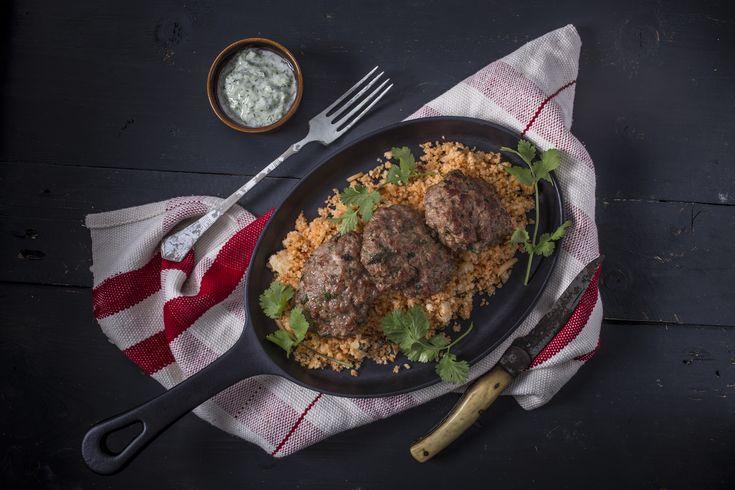 Marokkói bárány fasírt - paradicsomos-mandulás kuszkusszal, tzazikivel | A marokkói bárány fasírt igazi húsimádó étel, amiben báránycomb és marhalapocka is szerepel, különleges ízélményt kínálva a fogyasztónak. A fasírt, fasírozott, vagy más néven vagdalt már az ókorban ismert volt, olyannyira, hogy az 1. században tevékenykedő Marcus Apicius Gavius római mesterszakács és szakácskönyv-író is lejegyezte már. Akkoriban a fasírtot nem csak vadak húsából, hanem tengeri herkentyűkből is…