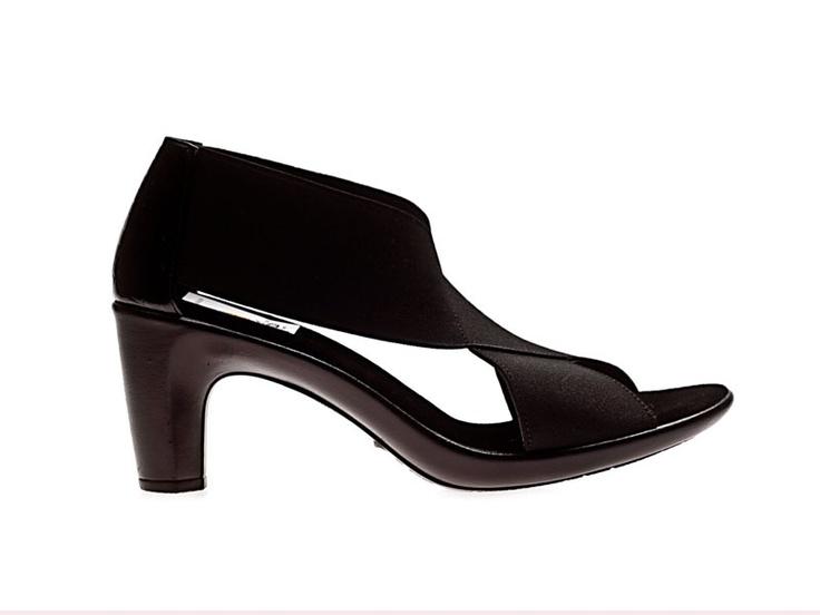 Een Mexicaanse, handgemaakte damesschoen. Het model Alma Pasione is samengesteld uit wasbare, elastische, katoenenbanden en een rubberachtige zool, die veert en zacht aanvoelt.. Eenunieke Mexicaanse zomerschoen. Elegante schoenen met een ongekend draagcomfort. De hakhoogte is ongeveer 5,5 cm.De neus van de schoen lijkt wat omhoog te staan, maar dat komt door het elastiek. Bij het dragen staat de neus normaal.Dit model kan ook in de kleuren beige en bruin worden besteld.