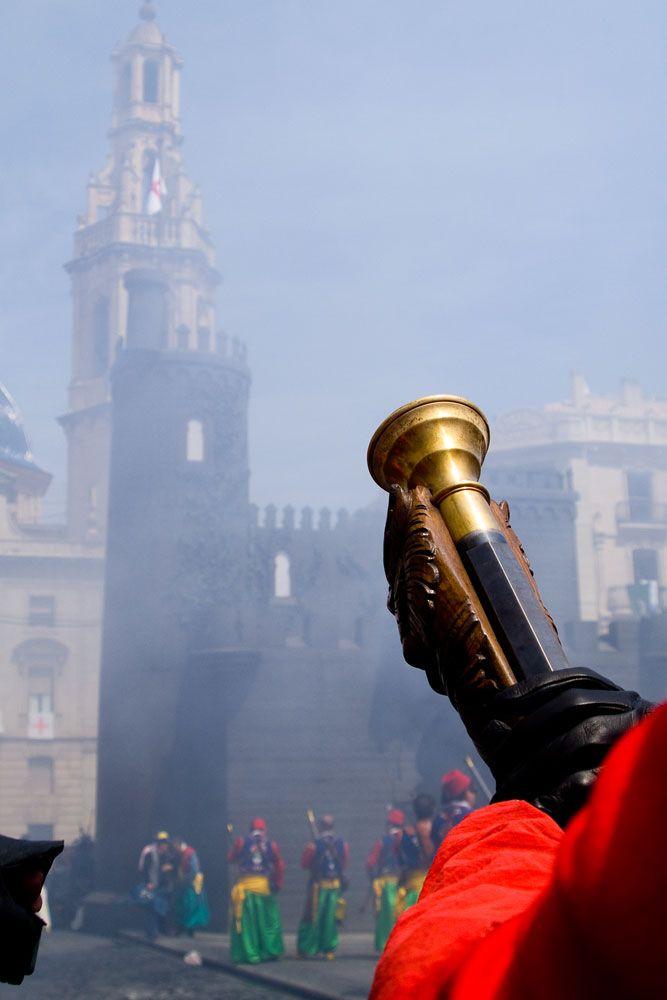 Y al caer la tarde del Día del Alardo, en las almenas del Castillo, aparecerá el niño Sant Jordiet, a lomos de su blanco corcel. #Alcoy #Alcoi #MorosyCristianos