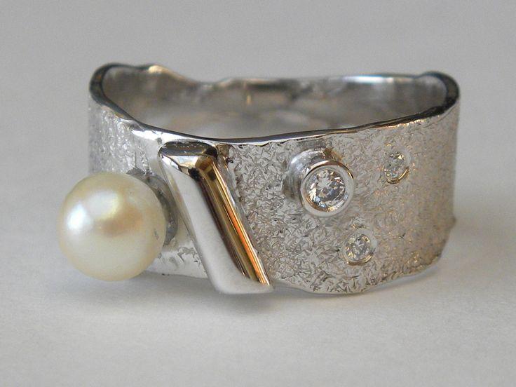 Ring van oud goud met assen van haar mama in het buisje en de parel van een oude ring van mama. een mooie herinnering <3 #asring #recyclage #oudgoud #handwerk #ambacht #madebyhand #goudsmid #juweelontwerpfannyvandenheuvel