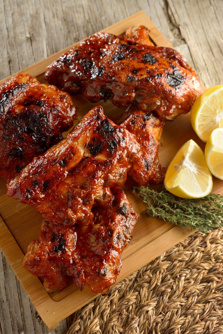 Las costillas BBQ es un clásico dentro de la gastronomía americana. Deliciosas costillitas de cerdo, bañadas en una salsa BBQ agridulce. ¡Prueba este platillo! Vas a ver cómo te va a encantar.