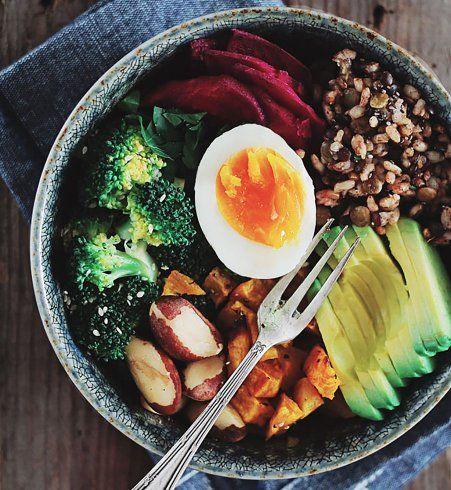 Buddha bowl au brocoli, avocat et oeuf