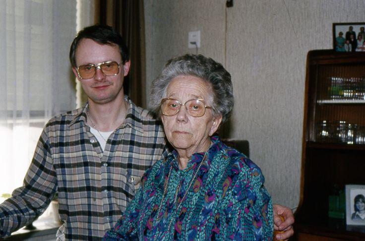 Hier sta ik (Flip Nota) op de foto met mijn tante Bauk (Baukje Nota) in het Wumkeshûs in Sneek.