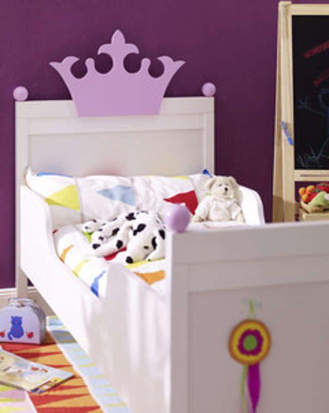 Eine große Krone an der Stirnseite des Bettes und kleine Insignien verwandeln ein einfaches Bett in ein königliches Schlafgemach. Die Krone und Kugeln können farblich frei gestaltet werden. Wir zeigen Dir wie´s geht!