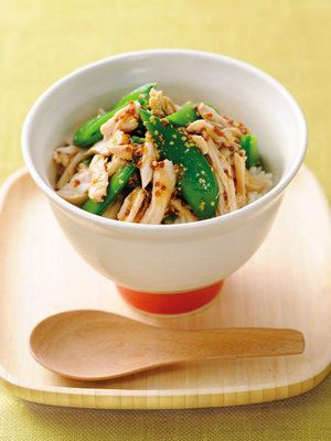 【ELLE a table】蒸し鶏とスナップえんどうの粒マスタード和え丼レシピ|エル・オンライン