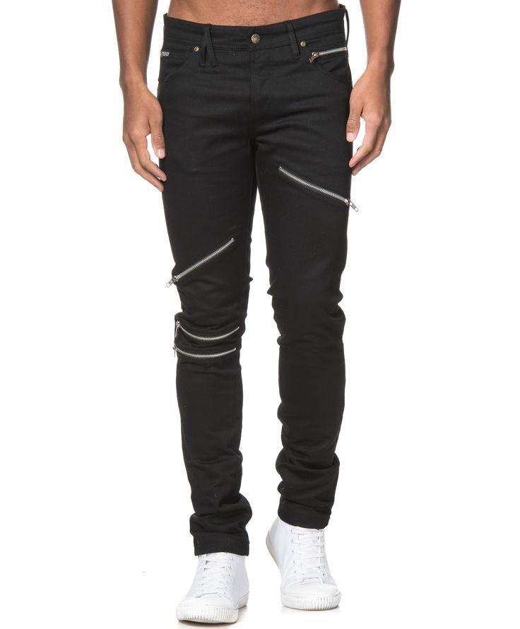 Prayer jeans från Wreckless. Det här är ett par svarta jeans med dekorativa zipper på benen. Jeansen har en knapp-gylf, en patch på linningen och fem fickor. Tänk på att jeans generellt sett töjer sig ca en halv storlek efter någon/några gångers användning.  Zippers Knapp-gylf Femficksmodell Slim-fit 96% Bomull 4% Elastan 30° Maskintvätt