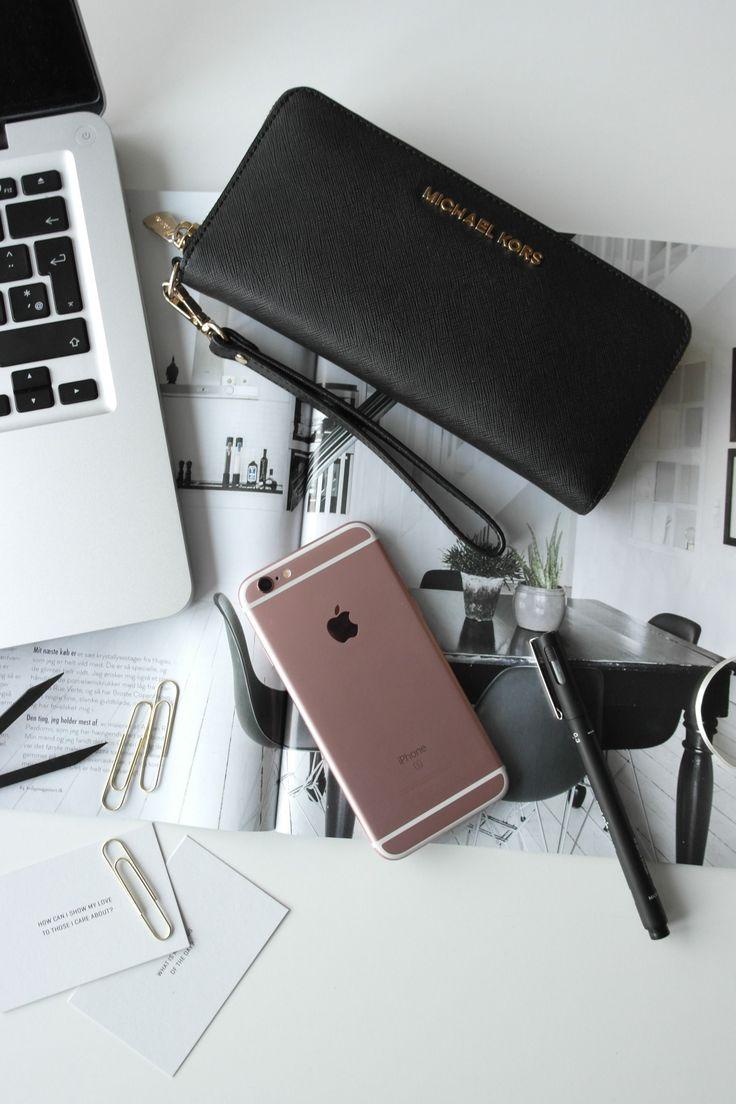 Har du brug for hjælp til at indrette dig, så deler jeg ud af 52 forskellige indretnings tips, der kan optimere din bolig.  Styling af kontor artikler og hverdagens musthaves.