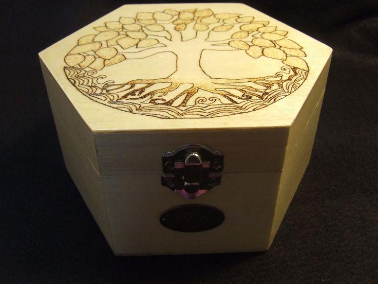 Caixa em madeira pirogravada, com verniz, contendo cera na sua composição.