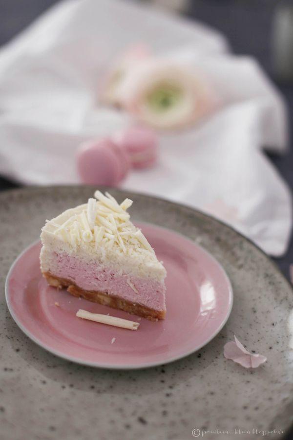 Wir haben unseren Tisch schon mal festlich gedeckt, österlich und frühlingshaft   in grau mit einem Touch rosé.             Natürlich...
