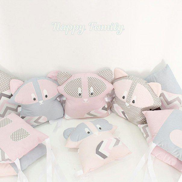 Бортики в кроватку в серо-розовой гамме с енотиками - Happy Family