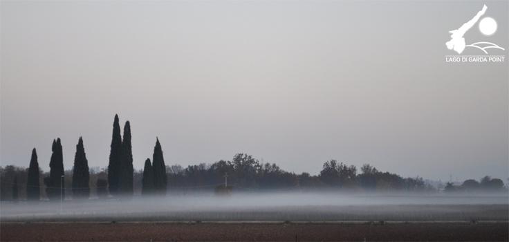 Giochi di nebbia sulle colline del Lago di Garda. @lagodigardapoint #LagodiGarda