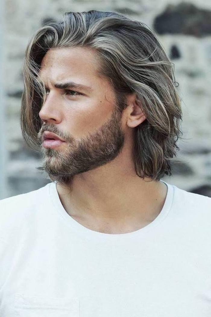 Mittellange Haare Mit Blonden Strahnen Olivfarbener Teint Bart