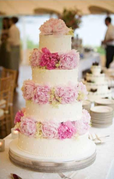 I really like this peony wedding cake. Decorating the cake should be relatively easy...? The peony flowers can also be ombre like this