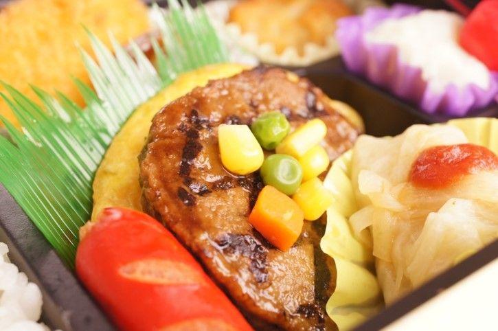 「素材の味を生かしたこだわりのお弁当」   当店自慢の煮物。冷めてもおいしく味わえるよう、しっかりとだしの旨味のしみこんだ職人こだわりの味付けです。  海老フライやコロッケなど洋風のおかずのお弁当のなかにも、写楽こだわりの野菜の炊き合わせが入っています。  栄養バランスと味と彩り、老舗ならではのお弁当は、年齢を問わずお楽しみいただけます。