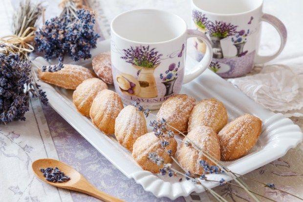 Tradiční francouzské madlenky mají tvar mušlí, chuť máslového piškotového těsta a ty naše levandulovou příchuť. Uvařte si k nim levandulový čaj do levandulových hrnečků.