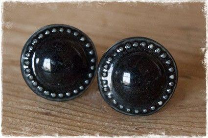 Brocante, landelijke zwarte ronde porseleinen (keramiek) ladeknopjes of deurknopjes. #ladeknopje #deurknopje #porselein @janenjuup