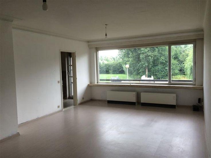 Appartement Residentie Kraaienhof (80m2) met prachtig uitzicht. - 160.000€ - BURCHT - Appartement (80m2) op de eerste verdieping met prachtig uitzicht.  Goed gelegen appartement in een blok met lift.  Bestaat uit een inkomhal, woonkamer (28 m2), keuken, badkamer (vernieuwd in 2005), bergplaats, 2 slaapkamers (15 - 9,6 m2) en terras met zicht op het bos.  Bergruimte op het gelijkvloers.  Extra:  Verwarming via accumulatoren op nachttarief, vernieuwd in december 2014.  Alle ramen dubbel glas…