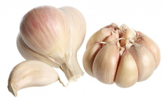 Garlic have natural antibacterial and antifungal properties, Take three or four fresh garlic and crush them,