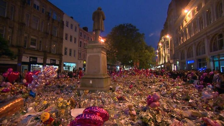 Now Playing: Mourners visit Manchester memorial       Now Playing: Evening look at the Manchester Vigil       Now Playing: Recapping the latest on the victims of the Manchester attack       Now Playing: Emotional vigil held in Manchester square 1 week after attack       Now Playing: Tiger... - #Emotional, #Held, #Manchester, #Square, #TopStories, #Vigil, #Week