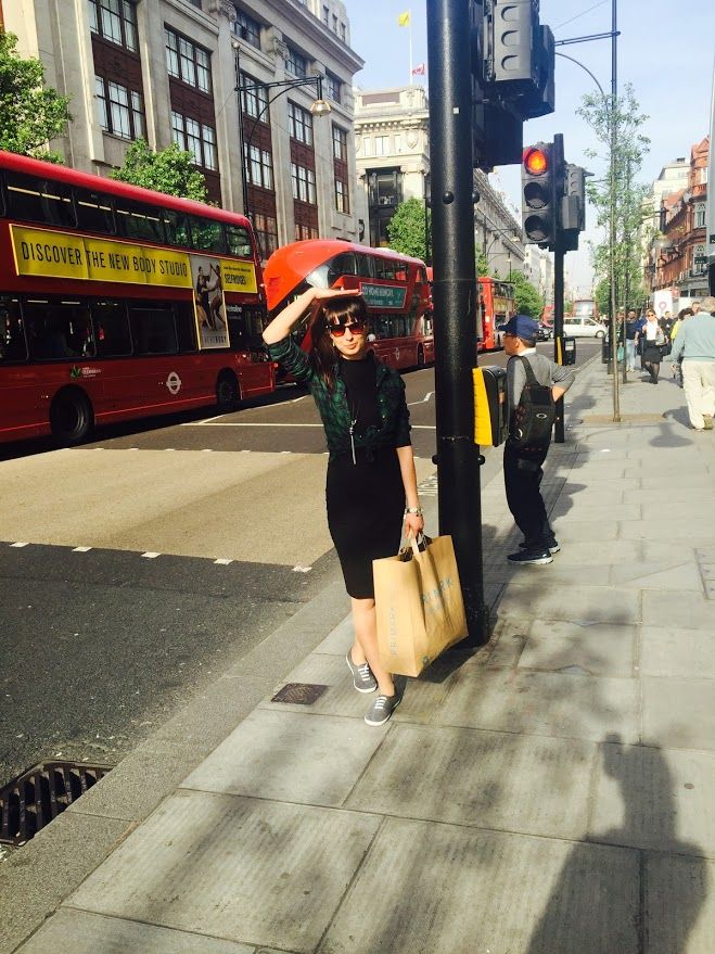 London/Oxford Street/Shopaholic/Midi pencil black skirt/Shirt/T-shirt/Bangs