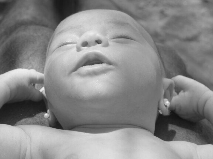 Newborn bebe recien nacida Noa primer mes